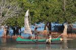 Vezo kids helping their father rig a sail [madagascar_7878]