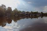 Village along the Rungan River [kalteng_1022]
