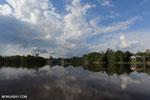 Village along the Rungan River [kalteng_1029]